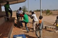 Construction des gradins avec les membres d'ADCS