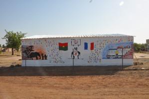 Fresque sur le mur arrière des gradins symbolisant la rencontre de nos 2 pays