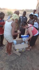 Distribution de matériel médical dans les villages