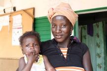Une mère et son enfant à Sanaba