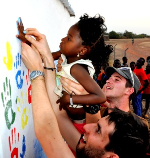Réalisation de la fresque des gradins avec les enfants du village.